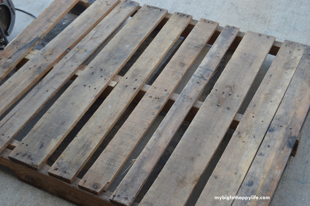 How to Make a Photo Backdrop From a Pallet; perfect for bloggers or Etsy sellers | mybigfathappylife.com